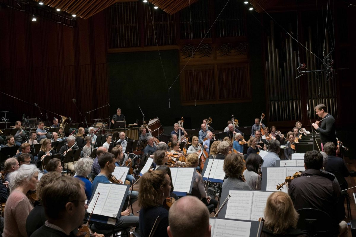Oslo-Filharmonien og dirigent Peter Szilvay spiller Ørjan Matre